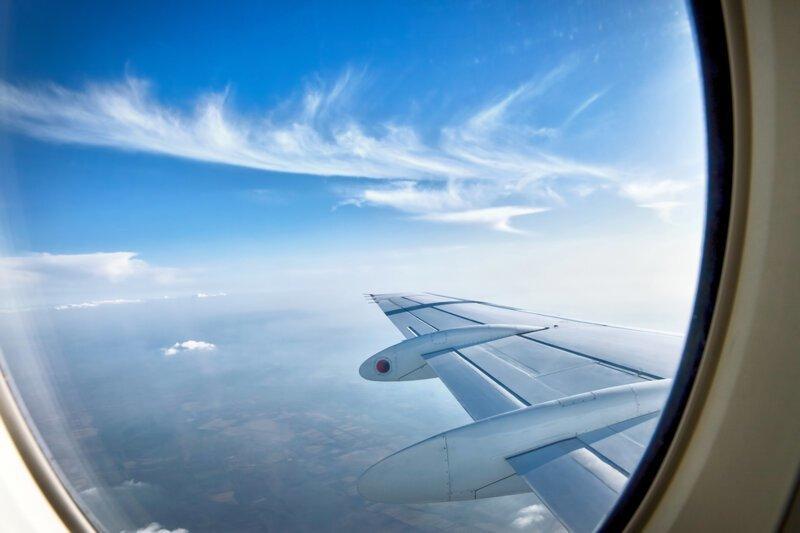Зачем в самолете просят открыть шторки иллюминатора?