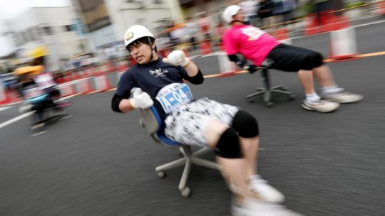 Гонка на офисных креслах в Японии (15 фото)