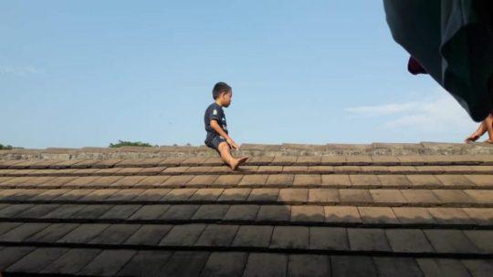 5-летний маленький мальчик забрался на крышу больницы, отказываясь от обрезания