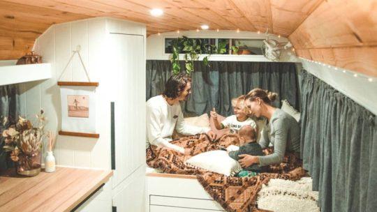 Австралийская пара бросила работу, чтобы путешествовать с детьми в автобусе (23 фото)